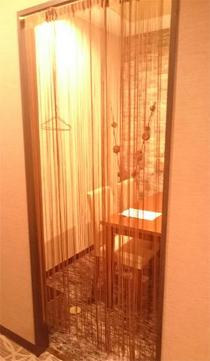 個室ですがカーテンのようなものがかかっている