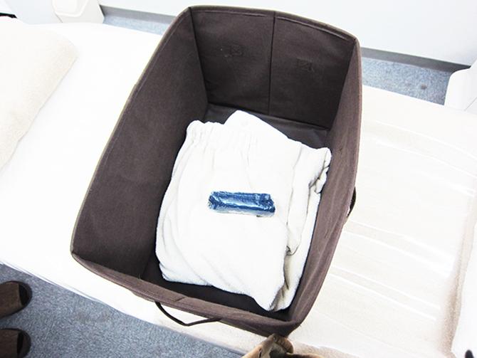 紙ショーツに履き替えて、ゴム入りのタオルに着替えます
