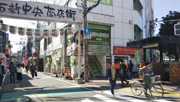 地下鉄空港線「西新駅」4B出口を出て商店街を直進します