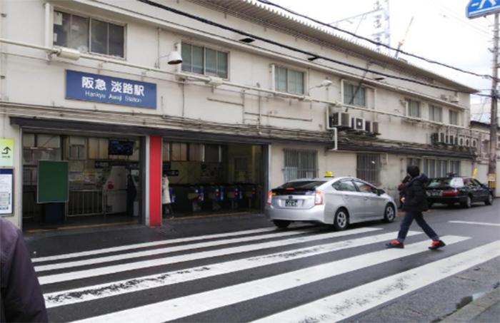 阪急淡路駅西口の改札を出ます