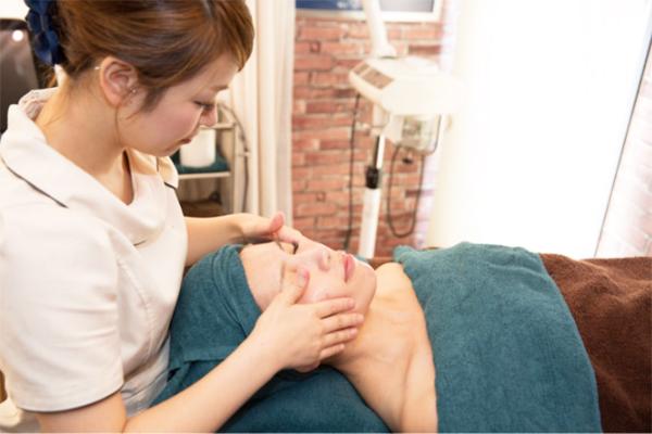 シミ、しわ、たるみ、ニキビなど様々な肌悩みに全て対応できるように、最新の機器を使用