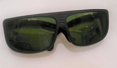 施術中にかけるサングラス